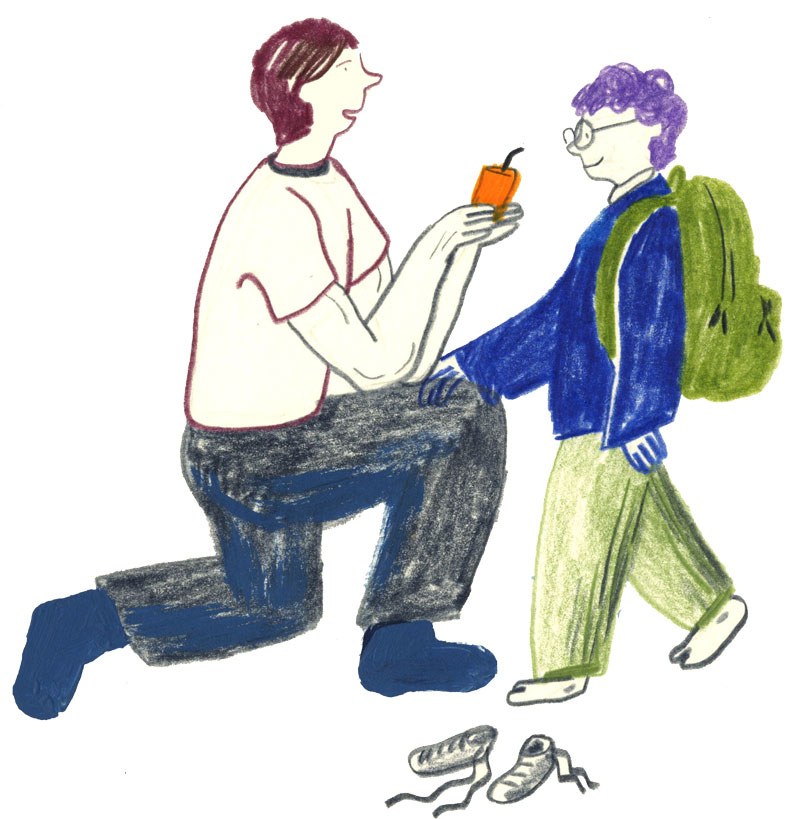 Bild: Ein Vater kniet vor seinem Sohn. Er gibt ihm einen Schluck Saft, bevor das Kind zur Schule geht.